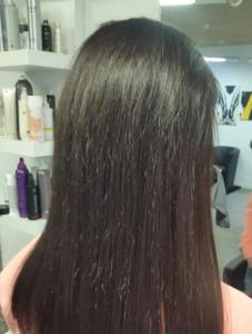 Kundin nach der Haarverlängerung